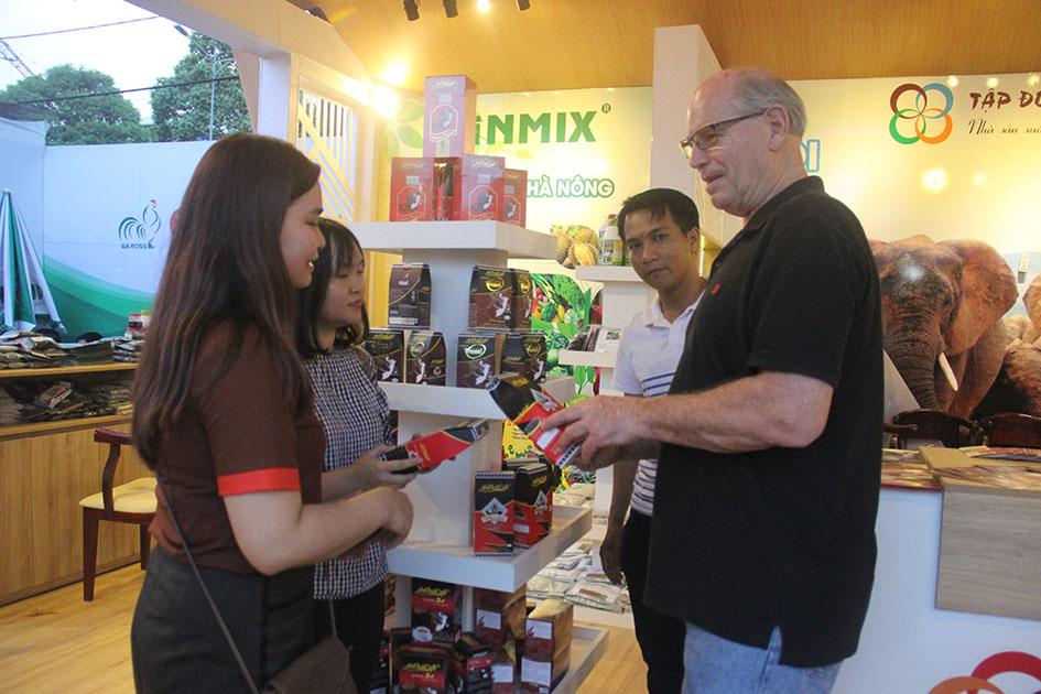 Ông Tom Just Mann - Chuyên gia nghiên cứu chế phẩm kháng hạn cho cây cà phê - đến từ Mỹ đã tham quan hội chợ và trao đổi kiến thức về nhu cầu cà phê an toàn cho người tiêu dùng